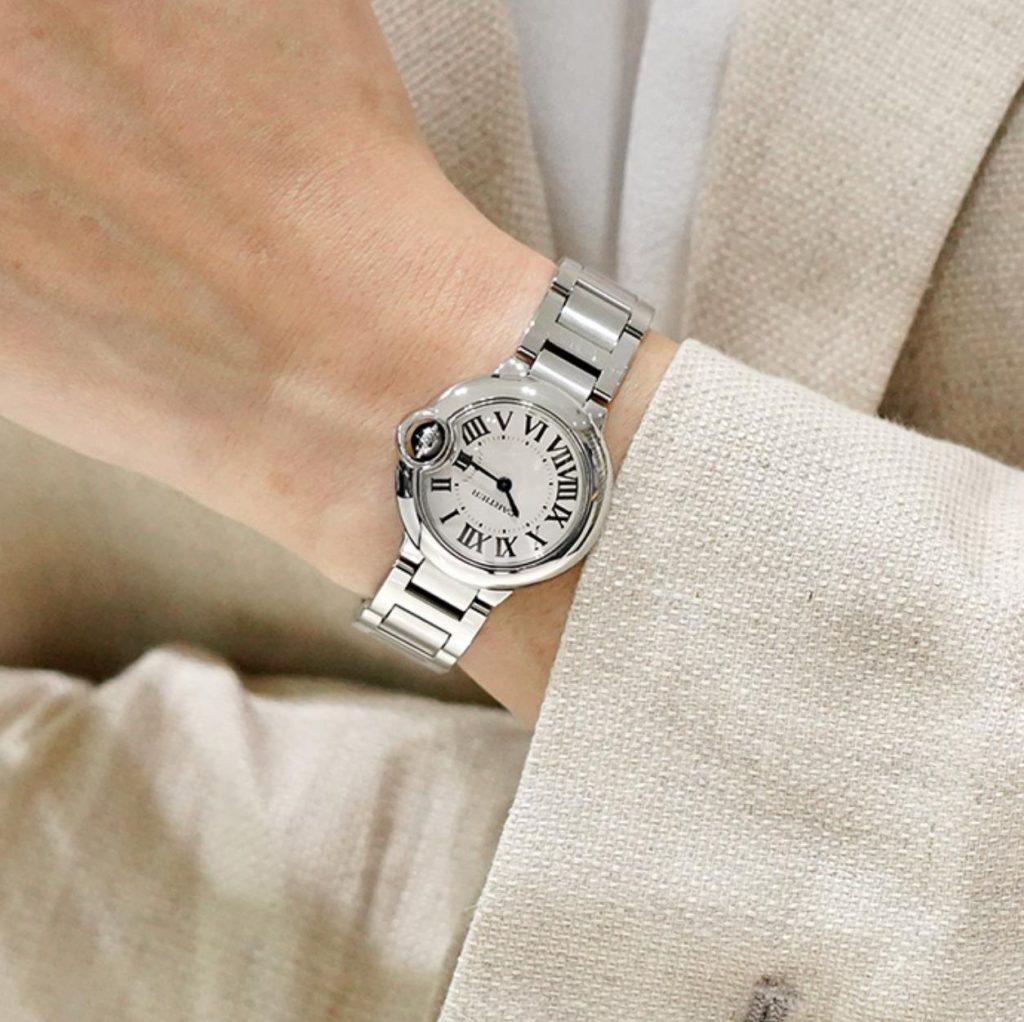 Swiss Ballon Bleu De Cartier fake watches have blue sapphires.